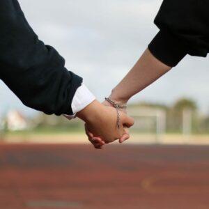 Schüler Hand in Hand