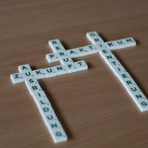 Scrabble-Steine auf einem Tisch